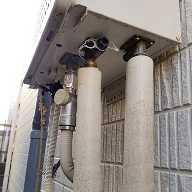 給湯器下部(据置タイプは横)の配管部分が写った画像