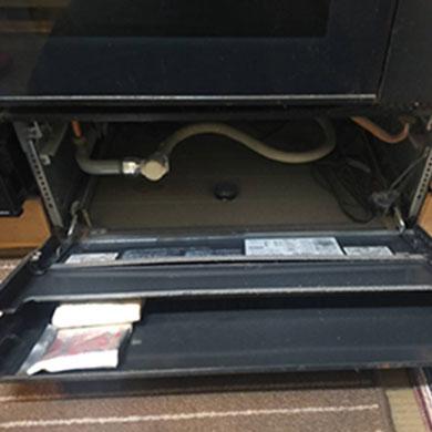 オーブン下の蹴込みカバー内ガス配管が写った画像